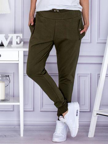 Khaki spodnie dresowe z kieszeniami