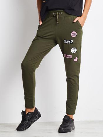 Khaki spodnie dresowe z naszywkami