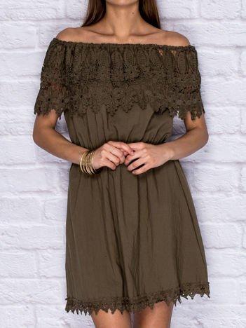 Khaki sukienka dzienna z szeroką koronkową falbaną