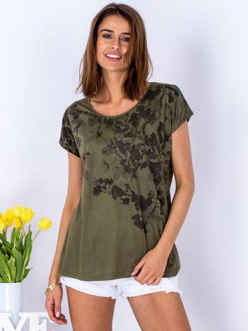 Khaki t-shirt w roślinne malarskie desenie