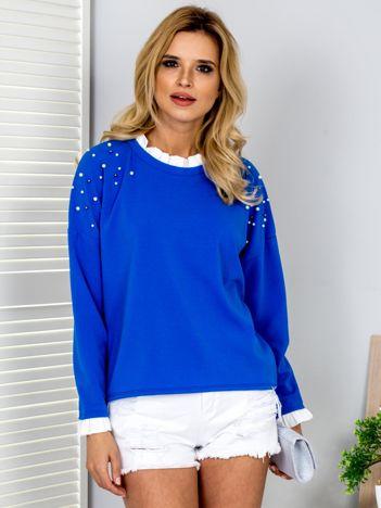 Kobaltowa bluzka z perełkami i kontrastowym wykończeniem
