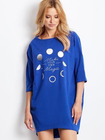 Kobaltowa luźna sukienka z nadrukiem
