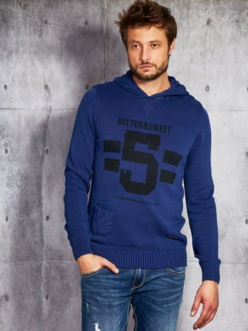 Kobaltowy sweter męski z kapturem i napisem