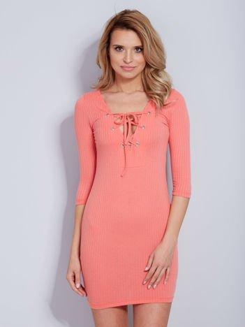 Koralowa sukienka w prążek ze sznurowaniem