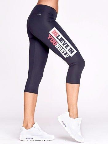 Krótkie legginsy sportowe z nadrukiem tekstowym grafitowe