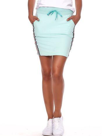 Miętowa dresowa spódnica mini z kieszeniami i paskami