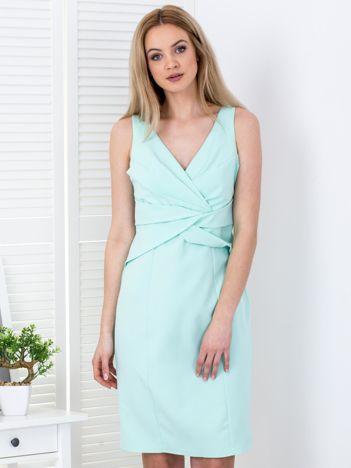 Miętowa sukienka z drapowaniami przy dekolcie