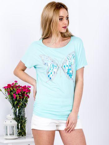 Miętowy t-shirt z biżuteryjnym motylem