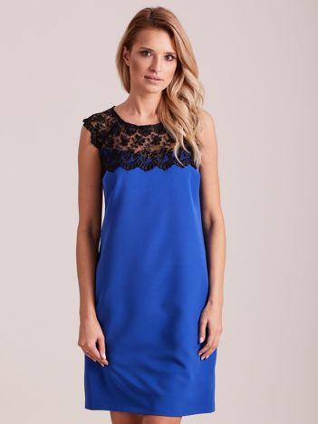 Niebieska elegancka sukienka z koronką