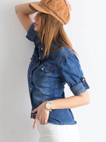 Niebieska jeansowa koszula z podwijanymi rękawami