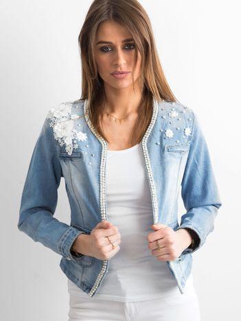 Niebieska jeansowa kurtka z aplikacją