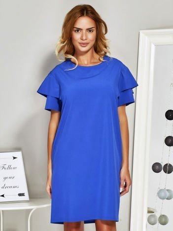 Niebieska sukienka koktajlowa z falbanami na rękawach