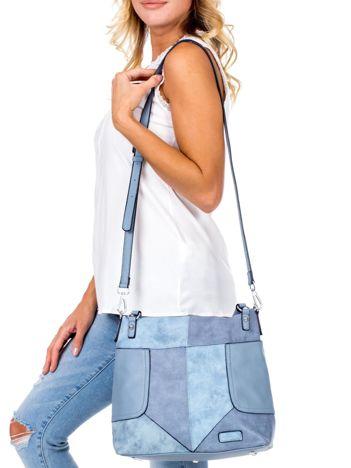 Niebieska torba z łączonych materiałów
