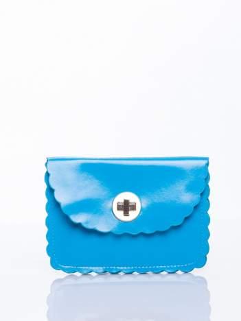 Niebieska torebka listonoszka z falowanym wykończeniem