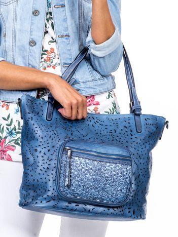 Niebieska torebka z ażurowaniem i plecionką