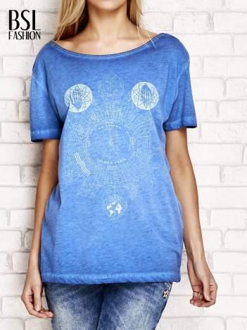 Niebieski dekatyzowany t-shirt z dekoltem na plecach