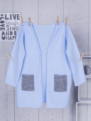 Niebieski sweter dla dziewczynki z szarymi kieszeniami