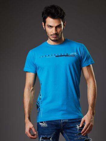 Niebieski t-shirt męski z drobnym nadrukiem