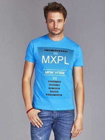Niebieski t-shirt męski z nadrukiem w miejskim stylu