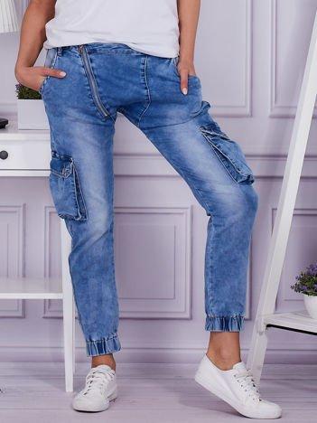 Niebieskie jeansy buggy z asymetrycznym suwakiem