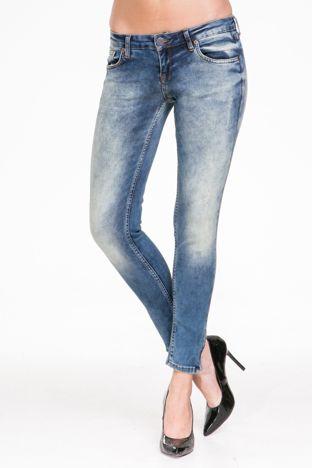 Niebieskie jeansy rurki z przetarciami
