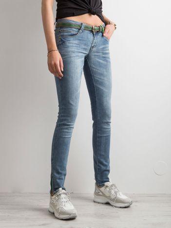 Niebieskie jeansy z niskim stanem