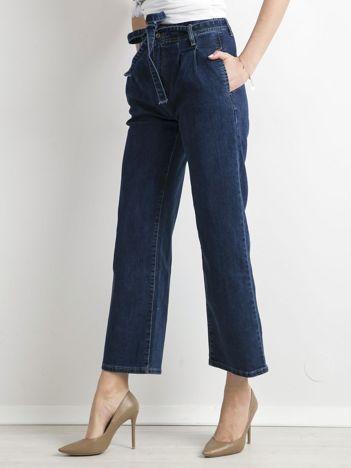Niebieskie jeansy z paskiem