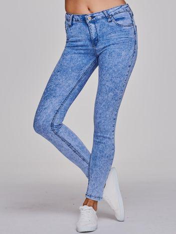 Niebieskie marmurkowe jeansowe rurki