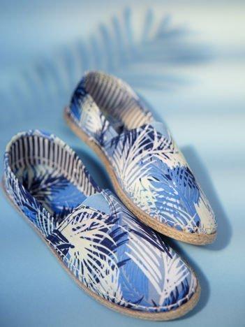 Niebieskie materiałowe espadryle z motywem liści palmowych
