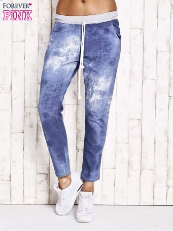 Niebieskie ocieplane spodnie dresowe z motywem dekatyzowania