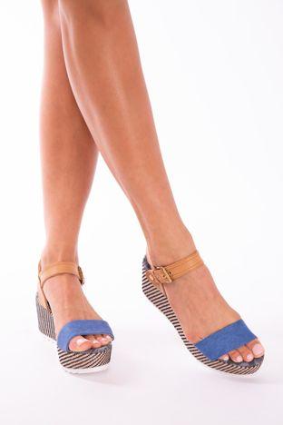 Niebieskie sandały na podwyższonej platformie z ozdobnym obszyciem koturnów i beżowym paskiem