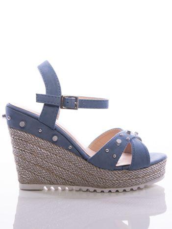 Niebieskie sandały na posrebrzanych koturnach, ze srebrnymi ćwiekami na cholewce