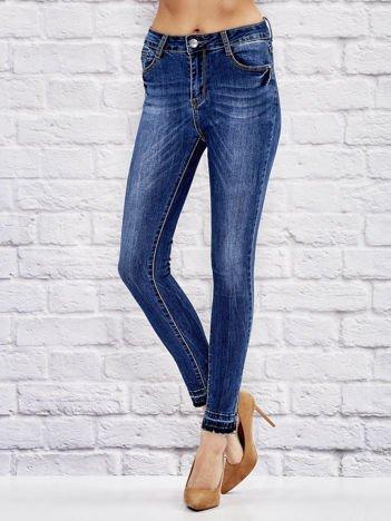 Niebieskie spodnie jeansowe regular z postrzępioną nogawką