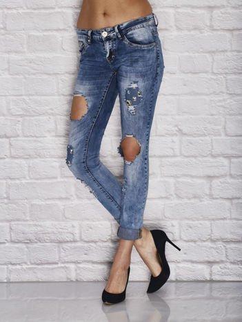 Niebieskie spodnie jeansowe z dziurami