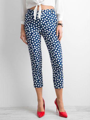 Niebieskie spodnie w grochy