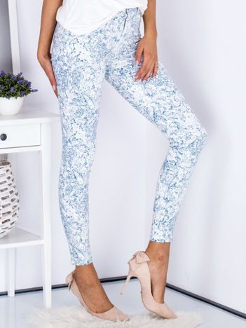 Niebieskie spodnie we wzory