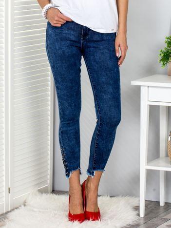 Niebieskie spodnie z wystrzępionymi nogawkami