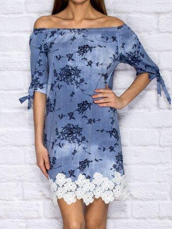 Niebiesko-granatowa sukienka w kwiaty z koronkowym wykończeniem