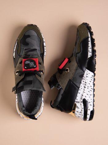 Oliwkowe buty sportowe na podwyższeniu z kolorową podeszwą i motywem moro