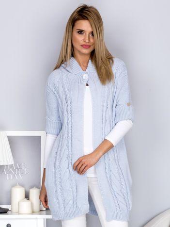 Otwarty sweter z warkoczowym wzorem i kapturem błękitny