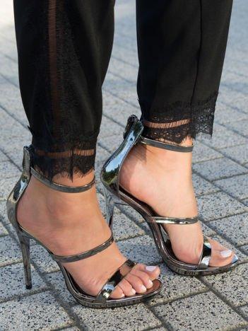 Platynowe sandały na szpilkach z wysoką cholewką z tyłu i suwakiem na pięcie