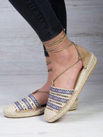 Płócienne sandały w niebieskie etniczne wzory zdobione cekinami