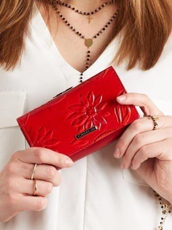 Podłużny portfel w kwiaty czerwony