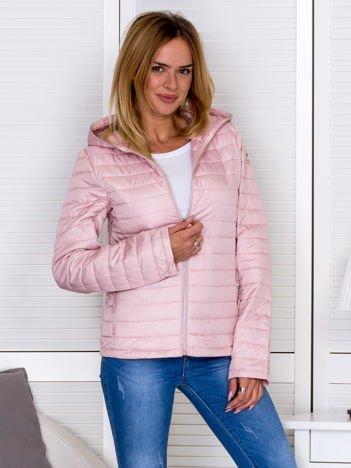 Różowa kurtka pikowana z kapturem