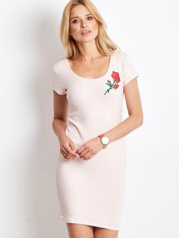 Różowa prążkowana sukienka z naszywką