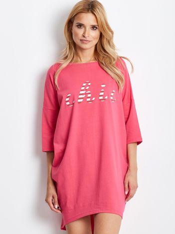 Różowa sukienka oversize z napisem