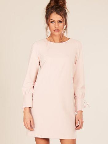 Różowa sukienka z wiązanym rękawem