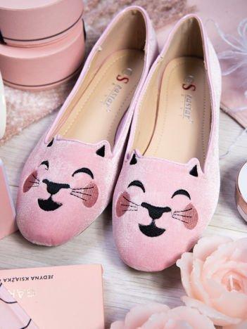 Różowe baleriny z satyny, z wizerunkiem kotka na przodzie buta