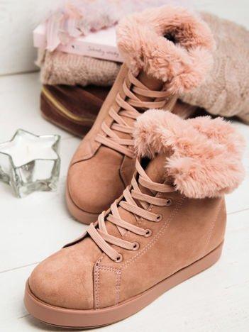 Różowe buty sportowe z ozdobnym futrzanym kołnierzykiem