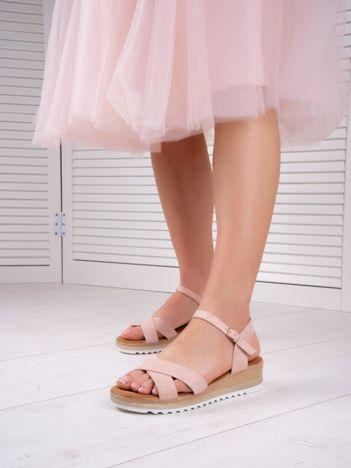 Różowe sandały BELLO STAR na podwyższeniu z paskami na krzyż
